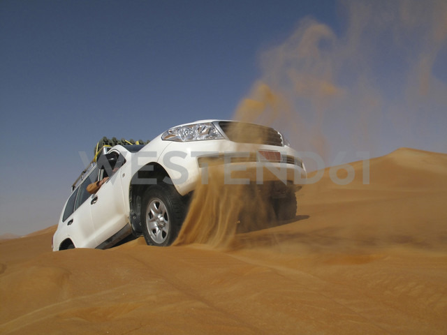 United Arab Emirates, Abu Dhabi, Jeep in desert, getting stuck - TM000010