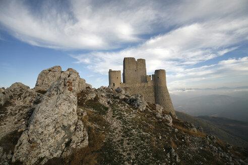 Italy, Abruzzo, Castle ruin - TMF000004