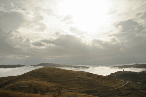 Italy, Abruzzo, Village and rolling landscape, fog - TMF000012