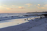 Australia, Western Australia, Lancelin, view to beach at sunset - MIZ000468