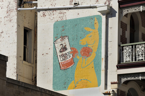 Australia, Perth, Fremantle, wall painting, kangaroo holding a can of beer - MIZ000530