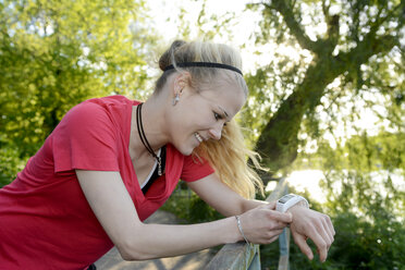 Young woman looking at her watch - BFRF000412
