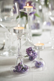 Table decoration with tea candles, glasses and lilac, Syringa - SBDF000893