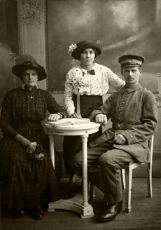 Germany, historical engagement photography with mother-in-law from beginning of 20th century - HOH000789