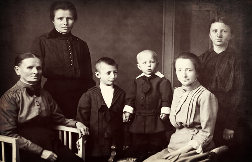 Germany, historical photography of extended family from end of 19th century - HOH000790