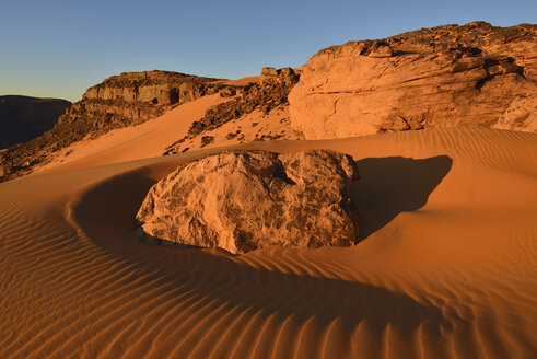 Algeria, Sahara, Tassili n'Ajjer National Park, Tadrart plateau, sanddunes and sandblasted rocks - ES001101