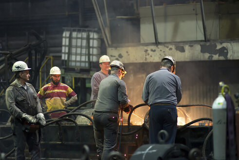 Workers doing maintenance works in a tube rolling mill - SCH000177