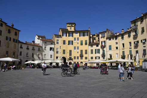 Italy, Tuscany, Province of Lucca, Lucca, Old town, Square, Piazza dell'anfiteatro - YFF000132