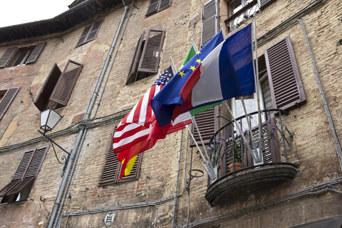 Italy, Tuscany, Siena, Different flags on a balcony - YFF000140