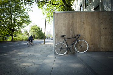 Racing cycle parked at wooden fence - MKL000001