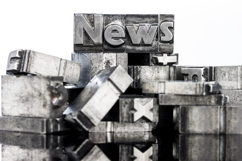 Old metal types forming the word news - EJWF000404