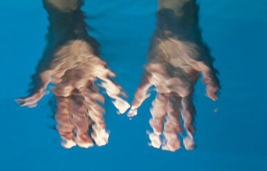 Two hands under water - JTF000550