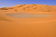 Africa, Algeria, Sahara, Tassili N'Ajjer National Park, Tadrart, Sand dunes and sandstone rocks at Oued In Djerane - ES001120