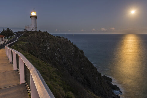 Australia, New South Wales, Byron Bay, Cape Byron Bay lighthouse and full moon over the sea after dusk - SHF001289