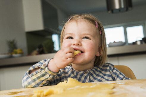 Toddler baking in kitchen - UUF000517