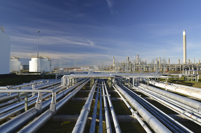 Germany, chemical industry, pipes in oil refinery - SCH000219 - lyzs/Westend61