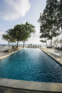 Indonesia, Riau Islands, Bintan, Nikoi Island, Sun loungers at hotel pool - THA000375