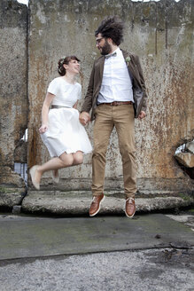 Bridal couple jumping into the air - ND000467