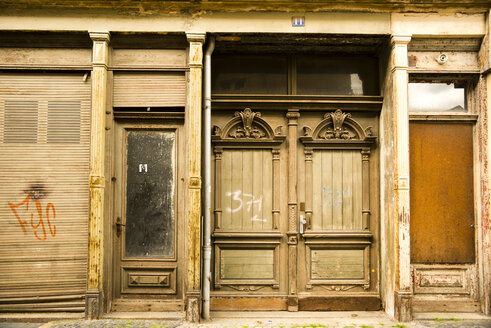 Germany, Saxony, Goerlitz, part of facade of abandoned shop - WGF000297