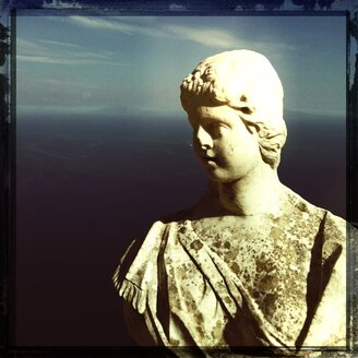 Italy, Campania, Amalfi Coast, Ravello, Villa Cimbrone, Terrazza dell Infinito, marble bust - STE000027