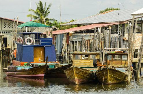 Indonesia, Riau Islands, Bintan Island, Fishing village, Wooden huts and fishing boats - THAF000397
