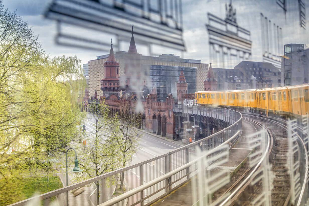 Germany, Berlin, view out of a subway train crossing the Oberbaumbruecke - NKF000114 - Stefan Kunert/Westend61