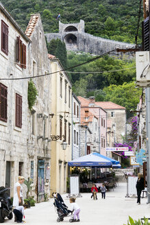 Croatia, Peljesac, Ston, Alley in the old town and city wall - WEF000101