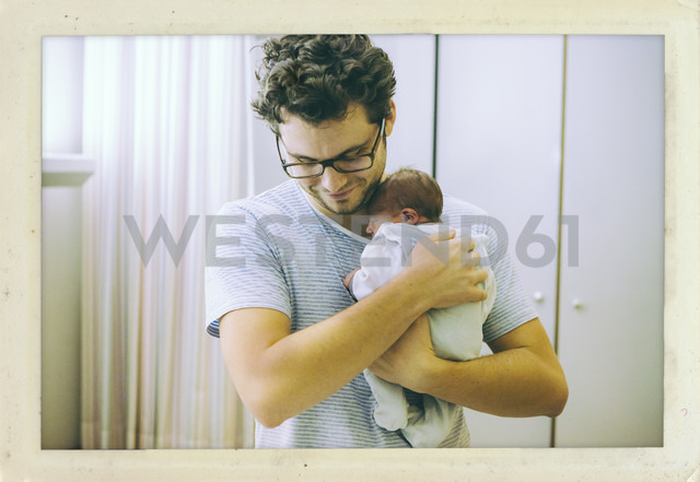 Father holding his newborn baby in hospital room - MFF001097 - Mareen Fischinger/Westend61