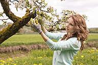 Portrait of woman in the garden - VTF000229