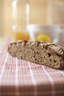 Half of wholemeal bread on cloth - SABF000009