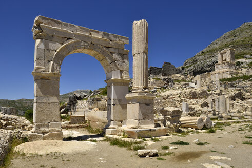 Turkey, Antalya Province, Pisidia, Antique arch at the archaeological site of Sagalassos - ES001155