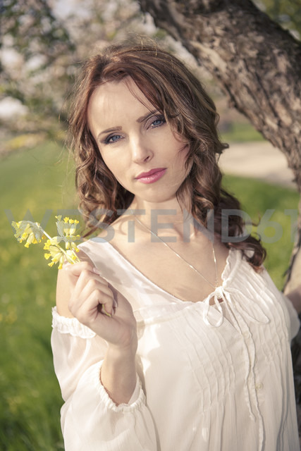 Portrait of a young woman holding yellow flowers - VTF000257 - Val Thoermer/Westend61