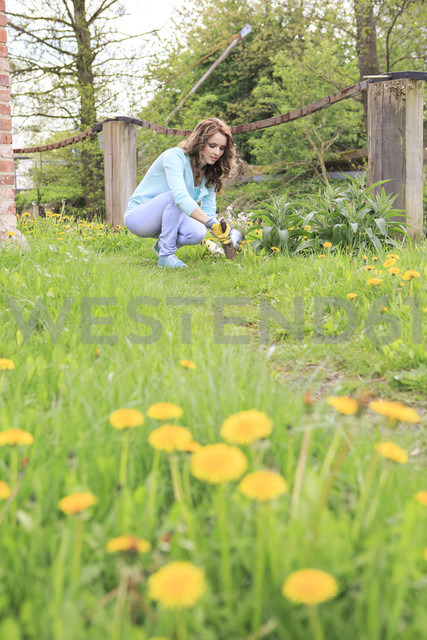 Young woman working in the garden - VTF000259 - Val Thoermer/Westend61