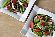 Green asparagus, strawberries, rocket and Parmesan - YFF000152