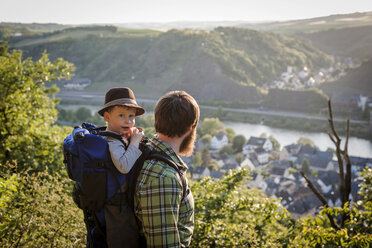 Germany, Rhineland-Palatinate, Moselsteig, father and his little son looking at view - PA000687