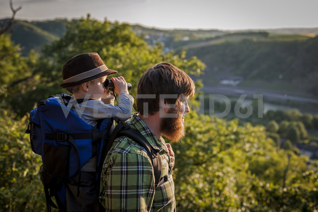 Germany, Rhineland-Palatinate, Moselsteig, father and his little son looking at view with binocular - PAF000679