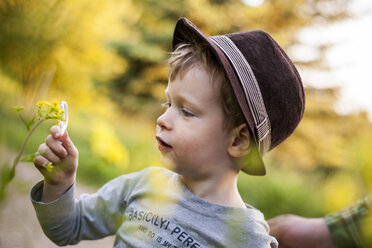 Portrait of little boy exploring nature with magnifying glass - PA000690