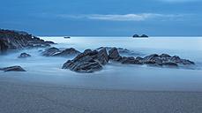 France, Bretagne, Cap Sizun, rocks in Atlantic Ocean, long exposure - JBF000116