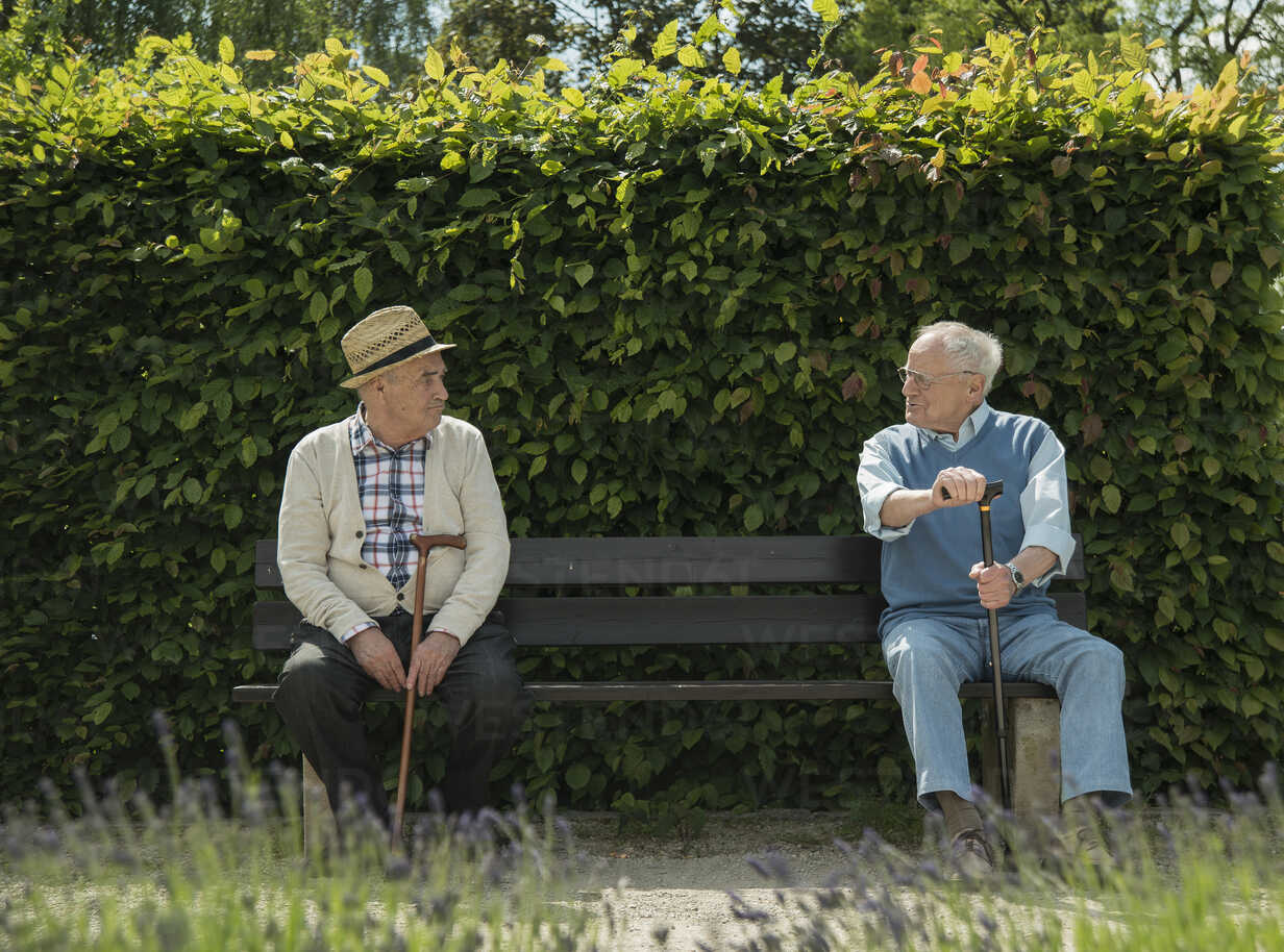 Germany, Worms, Two old friends sitting on bench in park - UUF000695 - Uwe Umstätter/Westend61