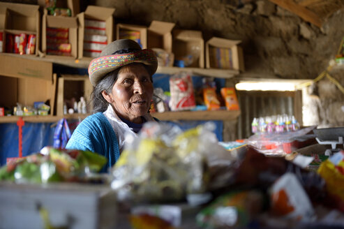 Peru, Quispillacts, Old woman selling food in shop - FLK000240