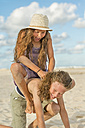 Australia, New South Wales, Pottsville, playful boy and girl on beach - SHF001364