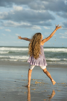 Australia, New South Wales, Pottsville, girl with long hair at the ocean - SHF001382