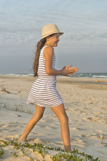 Australia, New South Wales, Pottsville, smiling girl on beach - SHF001386