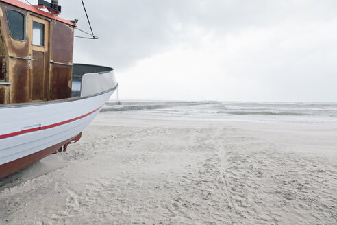 Denmark, Henne Strand, boat on the beach at sand drift - MEM000186