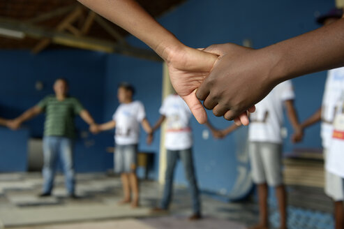 Brazil, Rio de Janeiro, Niteroi, teenagers in a social project holding hands - FLK000342