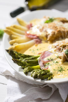 Green and white asparagus in bacon and pancake pocket, with Hollandaise sauce - MAEF008479