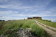 Italy, Tuscany, Province of Siena, Landscape near Siena, House ruin - MYF000401