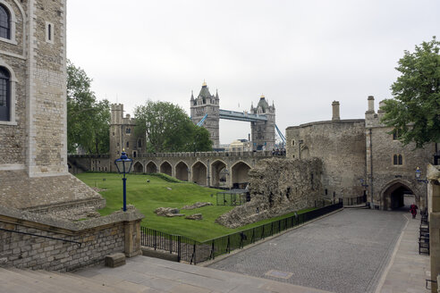 Great Britain, England, London, Tower of London, White Tower, Lanthorn Tower, Wakefield Tower and Bloody Tower, in the background Tower Bridge - WEF000145
