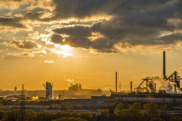 Germany, North Rhine-Westphalia, Duisburg Huettenheim, view to steel mill and Huckingen gas power station by twilight - WGF000316