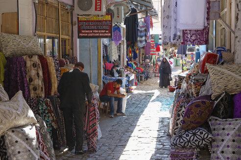 Turkey, Diyarbakir, people at bazaar - SIE005451